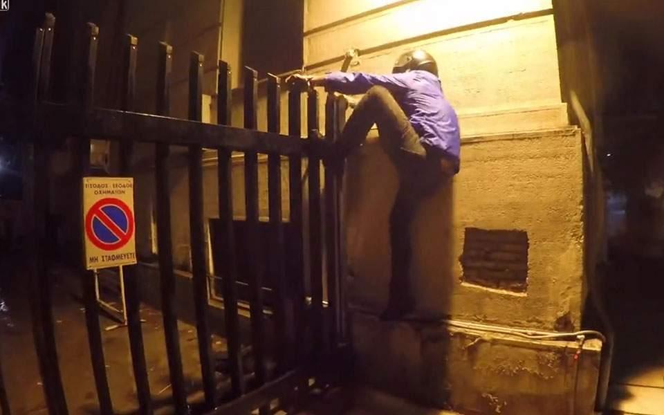 Anarşist grup Dışişleri Bakanlığı kapılarına tırmandı