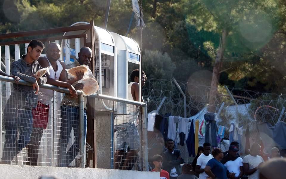 Sisam grev planlıyor, Lesvos göçmen kamplarına karşı yürüdü
