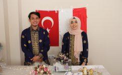 Endonezyalı Türk çift internette nişanlandı