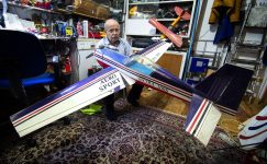 Yaşlı Türk erkeğinin model uçaklara olan sonsuz tutkusu