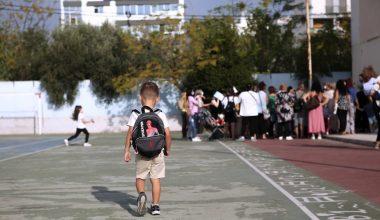 Yunan okulları aşısızlar için düzenli testlerle yeniden açılıyor